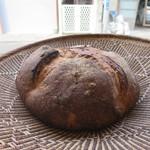 オーガニックカフェギャラリー地球 - カンパーニュのような大きなパン