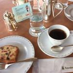61879352 - カットフルーツケーキとコーヒー