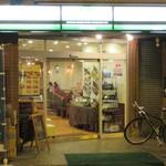 珈琲館 - 駅前どおりに面した店舗。奥に深い