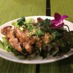 Dee アジアン食材・キッチン - ガイヤーン(880円)  メニューの案内には、 『鶏肉を一晩、特性のソースとレモングラスに漬け込んた焼き鶏です。オーブンでゆっくり焼き上げています。』
