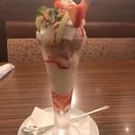 本庄珈琲うふふ - 苺キウイとナタデココのヨーグルト