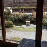 比良山荘 - 店内から見た庭