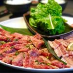 清香園 - ファミリーセットB 4人前(ロース、カルビ、粗挽きウィンナー、豚トロ、豚バラ、ご飯、わかめスープ 6,180円)