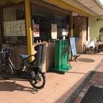 ラ・ヴォーノ - 表通りにお店はあります