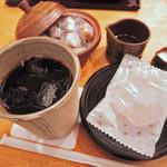 神戸風月堂 - さすがは老舗和菓子店『神戸風月堂』の喫茶店だね。 アイスコーヒーは落ち着いた陶製の器に。  お茶菓子もついてるよ。シロップとフレッシュの器もかっこいい!
