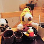 神戸風月堂 - どれどれ、ちょっとお味見を~ アイスコーヒーを持って、ちびつぬの席に移動するボキ。  ちびつぬ「つぬっこちゃんも食べたいのね・・・」