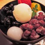 神戸風月堂 - これは美味しい~!豆は丹波大納言小豆と丹波の黒豆でどちらも上品な甘さ。特に黒豆が美味。和栗の甘露煮は栗本来の風味とお味。自家製弾力寒天はもっちりとした食感で小豆や黒豆と一緒に食べると絶妙に美味しいよ。