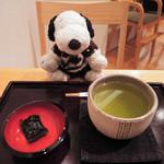 神戸風月堂 - あんみつを食べ終わったら、こんなものを持ってきてくれたよ。  ちびつぬ「お口直しの昆布とお茶よ~」  神戸風月堂と言えば、お菓子のゴーフルが有名だけど、 あんみつも美味しかったよ!!