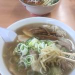 オーモリラーメン - 一番人気のワンタン麺、750。見た目ほど濃くなく、スープも飲めて美味しい