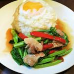 カナー菜と豚肉のピリ辛炒めのせごはん(パット・カナー・ムー・ラート・カオ)