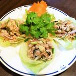 豚肉のレモングラスサラダ レタス包み (ヤム・ムー・タクライ)