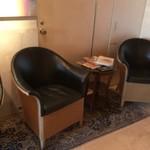 61911560 - エレベータ前にゆったりと座れる空間があります。