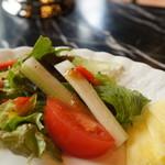 チャッツワース - 彩り綺麗なサラダ、左にはポテサラが載っています(2017.1.30)