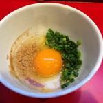 61927583 - スキヤキ、生卵に魚粉と刻み青ネギをトッピング、80円
