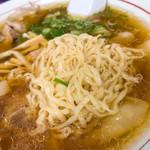 関東軒 - きらきらスープにこの平たい麺が美味いのです。