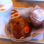 6194567 - サンタのクリームパン、パネトーネ、カフェオレ