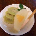 鳴沢苑 - 定食に付いてくるデザートです。あと茶碗蒸しも付いてきます。