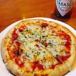 イタリアン酒場 テンパール - アンチョビとトマトのピザ