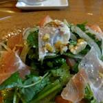 イタリアン酒場 テンパール - パクチーと三葉のサラダ