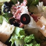 イル キャンティ ビーチェ - イタリアンサラダのMsize@900円 (オリーブ、カマンベールにサラミ)