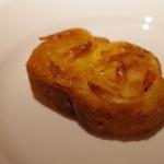 コート ドール - アミューズ(桜エビとチーズのトースト)