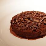 コート ドール - チョコレートのマルキーズ、カカオニブをふって、そのソース