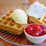 cafe Yummy Waffle - 自家製ストロベリーワッフル