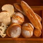 カマクラ 24セッキ - 店内で販売しているパンはすべて自家製酵母(蔵つき麹)で長時間熟成して焼成。スープやドリンクとともに店内で召し上がれます。