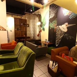 ソファーでゆったりデザイナーズアートな「大人な空間」
