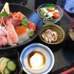 食彩 花菖蒲 - ランチの海鮮ちらし すごいボリュームです!