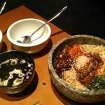 米沢亭 - [料理] 石焼カルビビビンバ (わかめスープ付) セット全景♪w