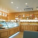 アドリア洋菓子店 - 明るい店内