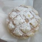 61973755 - ホワイトメロンパン150円。                                              メロンパンにホワイトシュガーをトッピングし甘みの増したメロンパンです。