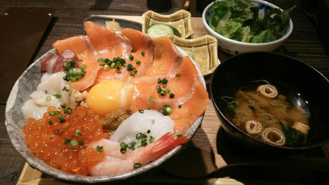 炉端の佐藤 - 北海海鮮ばくだん丼(限定10食) 900円、味噌汁にサラダ、小鉢が2種類付いておりました