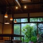 カマクラ 24セッキ - 杉やレッドシダーなどの木材、壁には珪藻土を。自然素材に囲まれた店内。