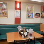 餃子の王将 - 店内テーブル席