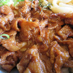 かつみ屋 - 醤油と酢で甘濃く味付けされた鶏皮がたっぷり入ってます。