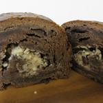 マツパン - ショコラ食パン。クリームチーズクリームとドライベリーを巻き込んであります。