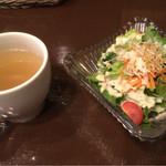 61985167 - ランチについてくるサラダとスープ
