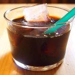 ブラッスリー ロノマトペ - 豚こめかみ肉の赤ワイン煮込み 人参のエクラゼ添え 1400円 のアイスコーヒー