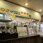昭和亭食堂 - お店は基本はセルフサービスでトッピングを決めて安価で美味しいうどんを食べさせるシステムみたいです。