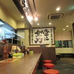 横浜家系ラーメン 相模原商店 - 入口左手に待合室