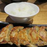 博多 一風堂 - ランチタイムには+100円で、白ご飯と博多一口餃子が付くサービスもあります。