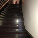 胡同文華 - 急な階段をのぼって2階へ