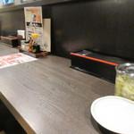 炭焼牛たん 東山 - これまた頭の当たりそうな低い入り口を入ると店内が現れます。  私は一人だったんで入り口近くのカウンターを使わせていただいて食事です。
