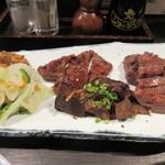 炭焼牛たん 東山 - 牛タン三昧は牛たん焼、味噌たん焼、生姜焼の3つの味の牛タン、添えられた牛たんネギ味噌を牛タンに巻いて食べたら美味しさ倍増です。