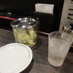 炭焼牛たん 東山 - そして案私にはテーブルに置いてあったキャベツの胡麻油漬けがとても美味しかったです。