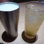 すし・魚処 のへそ - ◆主人は「生ビール(650円:外税)」、私は「あらごし梅酒(550円:外税)を。