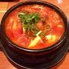 すじ平 - 料理写真:「スンドゥブチゲ」(800円)。ご飯、サラダ、小鉢付き。