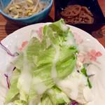 すじ平 - サラダ、小鉢。
